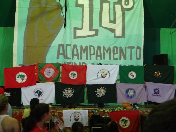 Bandeiras das diferentes organizações presentes do Acampamento Latino-americano. Foto: Beatriz Marins